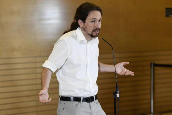 Pablo Iglesias atiende a la prensa tras su reunión con Pedro Sánchez en el Congreso, el pasado 11 de junio.