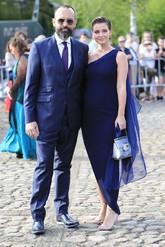 La influencer apostó por un vestido azul noche con escote asimétrico...
