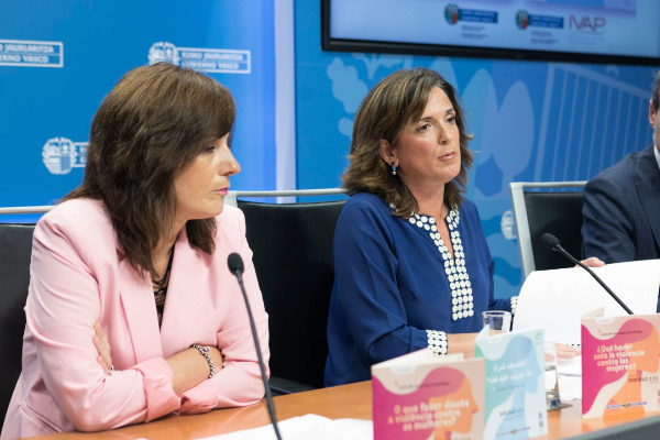 La consejera, Beatriz Artolazabal, a la derecha, en la comparecencia de hoy.