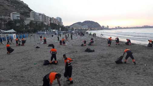 Dispositivo de limpieza en la playa del Postiguet durante la madrugada de la noche de San Juan .