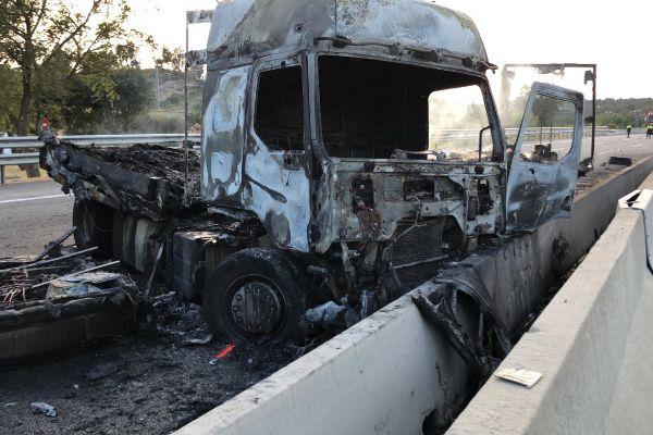 El camión quedó calcinado tras el siniestro