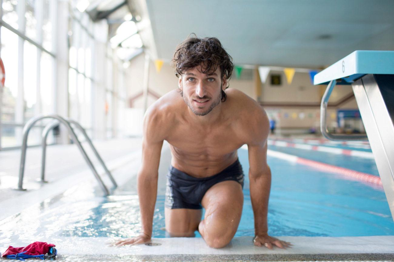 Feliciano López, emergiendo de la piscina cubierta del Club de Tenis Chamartín.