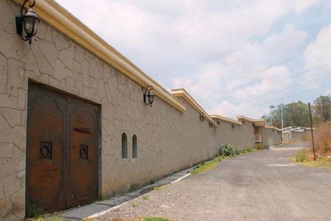 """La 'joya de la corona' es el rancho 'Los Tres García' que está en las afueras de la Ciudad de México. La propiedad perteneció a Carlos Montemayor González, el suegro del narcotraficante Edgar Valdez Villarreal, conocido como '<a href=""""https://www.elmundo.es/america/2010/08/31/mexico/1283215010.html"""">La Barbie</a>'."""
