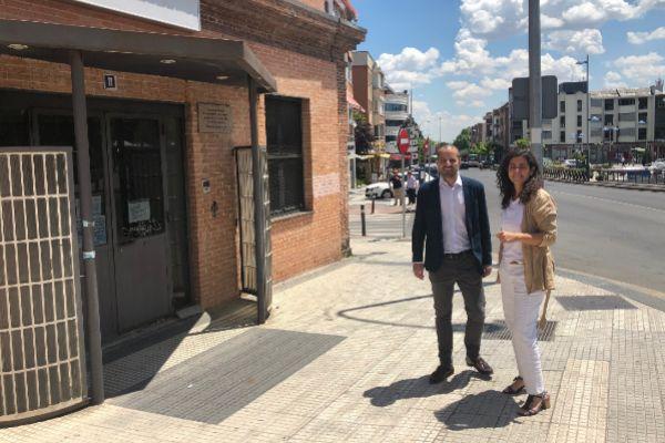 El alcalde de Majadahonda en la puerta del centro junto a la concejal de Desarrollo Económico Silvia Saavedra.