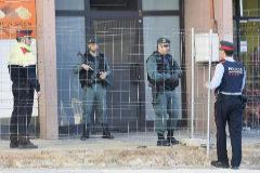 Agentes de la Guardia Civil y de los Mossos hacen guardia en un edificio de Viladecans en una operación contra los CDR.