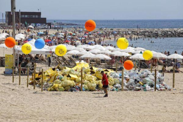 SANTI <HIT>COGOLLUDO</HIT> Barcelona, Catalunya 24.06.2019 Basura recogida despues de la celebracion de la verbena de Sant Juan en la playa de la Nova Icaria.