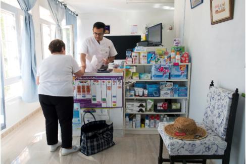 Javier Carmona, farmacéutico en Alcubilla de Avellaneda (Soria), atendiendo a uno de sus 80 vecinos.