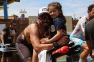 Dani Guerrero, junto a su hija, tras terminar la prueba.
