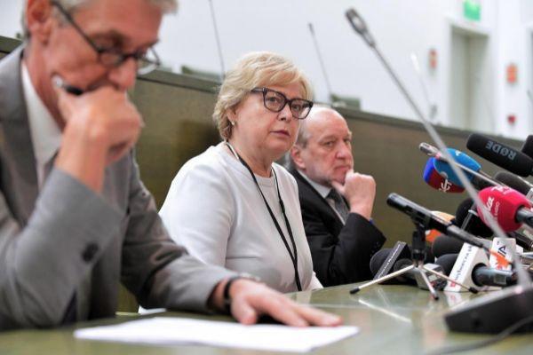La presidenta del Tribunal Supremo polaco, Malgorzata Gersdorf (c), junto a los jueces de la Corte Suprema.