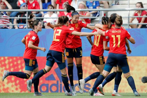 GRAFCVA6000. REIMS.- Las jugadoras de la selección española celebran...