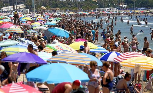 Imagen de la alicantina playa de El Postiguet atestada de gente durante este puente de San Juan.
