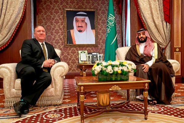 El sercretario de Estado de EEUU, Mike Pompeo, se reúne con el príncipe heredero saudí, Mohammed bin Salman, ayer en Yeda.
