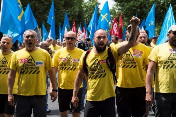 La marcha del aluminio en protesta por la venta de las fábricas de Alcoa llega, ayer, a Madrid.