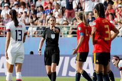 Kulcsar señala penalti para Estados Unidos.