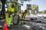 Operarios del Ayuntamiento de Córdoba retiran la señalización cuando se produjeron los cambios en el callejero durante el anterior mandato.