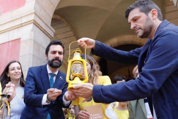 Torrent recibe la Flama del Canigó ante el Parlament.