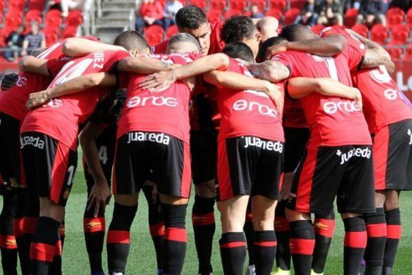Los jugadores del Mallorca, haciendo piña en medio campo antes de un partido.