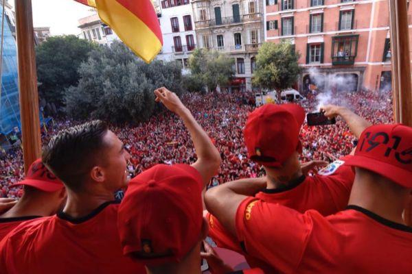 Los jugadores del Mallorca celebrando este lunes el ascenso.