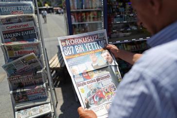Un ciudadano ojea un periódico turco en Estambul (Turquía) este lunes.