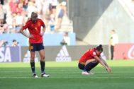 TOL01. REIMS (FRANCIA).- La defensa española <HIT>Irene</HIT> <HIT>Paredes</HIT> (i) y la delantera Jenni Hermoso (d) reaccionan tras el partido de los octavos de final del Mundial de Francia 2019 ante Estados Unidos disputado en el estadio Auguste Delaune de Reims.