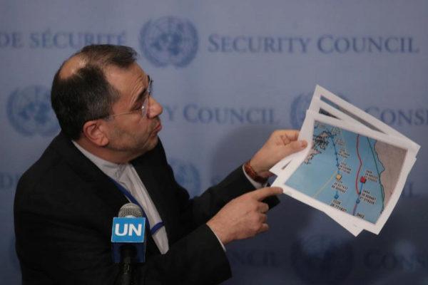 Majid Takht-Ravanchi muestra unos mapas a la prensa.