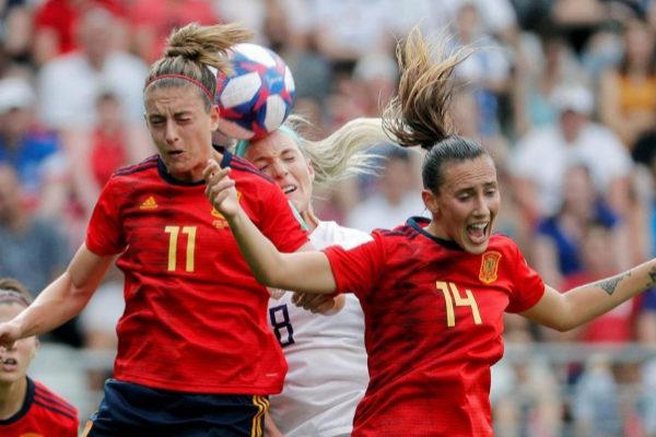 Alexia Putellas y Virginia Torrecilla saltan por el balón.