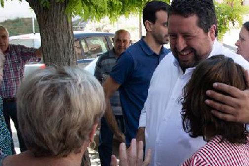 Javier Moliner, presidente de la Diputación, saluda a los vecinos de un pueblo del interior.