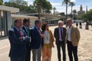 La ministra y el alcalde de Sevilla junto a otras autoridades.