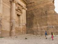 Dos senderistas llegan al Monasterio, en Petra.