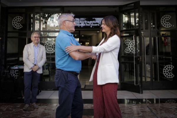 El alcalde de Valencia Joan Ribó (Compromís), junto a Sandra Gómez (PSPV) en la primera reunión tras el 26M.