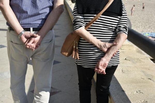 Una pareja de jubilados pasea por la playa de Poniente, en Benidorm.