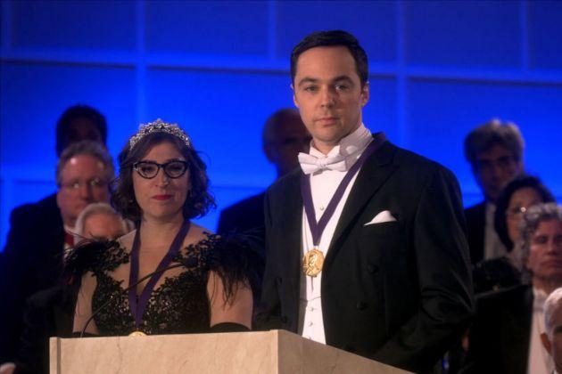 Amy (Mayim Bialik) y Sheldon (Jim Parsons) en el final de The Big Bang...