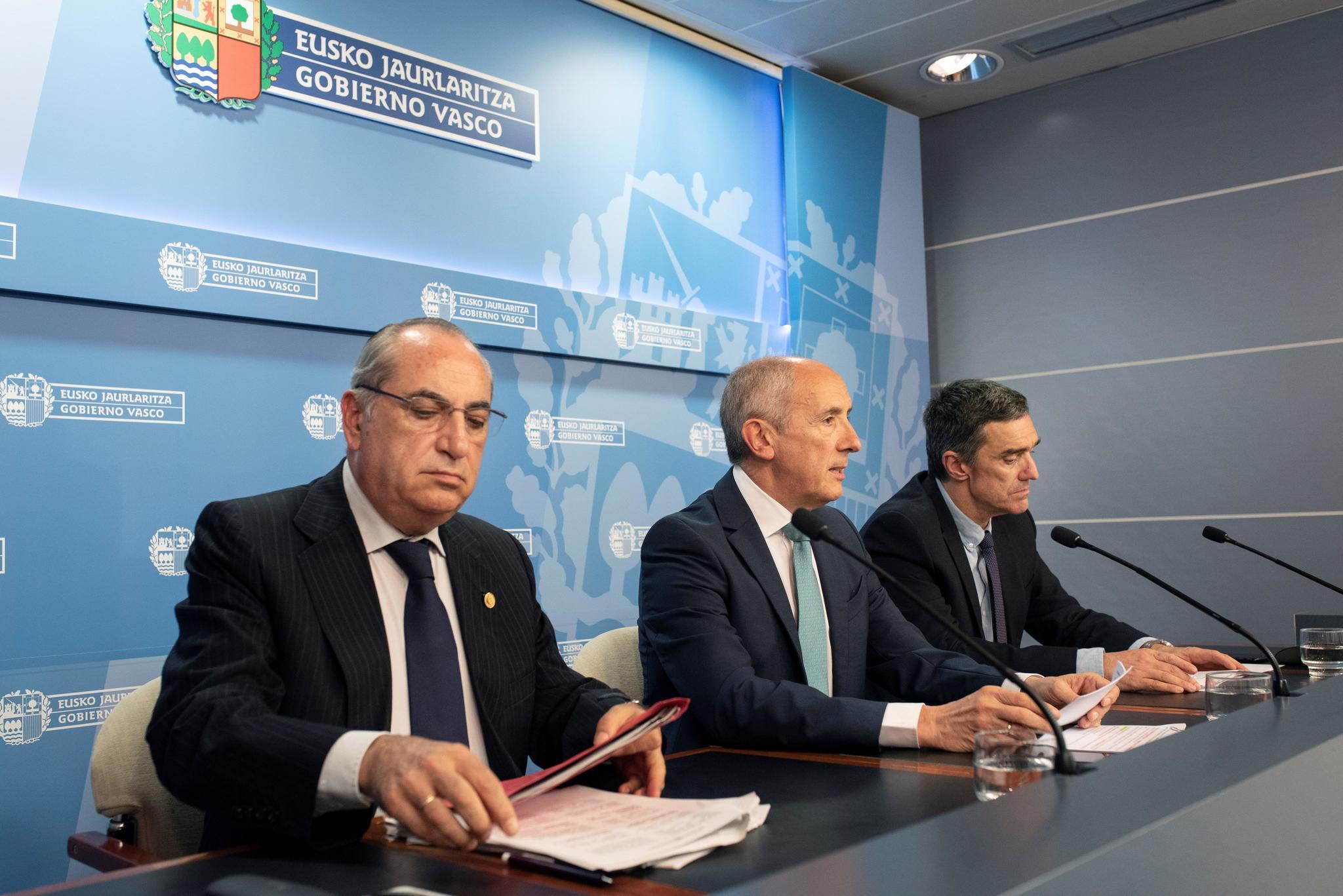 El consejero de Vivienda, Iñaki Arriola, con Erkoreka y Fernández, tras el Consejo de Gobierno.