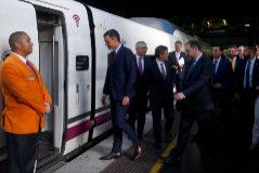 Pedro Sánchez y el ministro Ábalos suben al AVE que unirá Madrid con Granada.