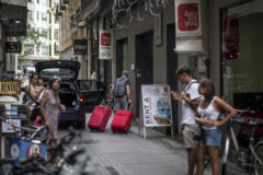 Unos turistas llegan a un apartamento de alquiler en el casco histórico de Valencia.