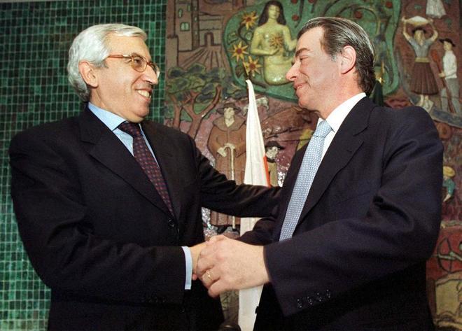 El presidente del Banco Portugues do Investimento (izq.) estrecha la mano del presidente del Banco Espirito Santo, Ricardo Espirito Santo Salgado, después de la rueda de prensa en la que anunciaron la fusión de los bancos en el año 2000.