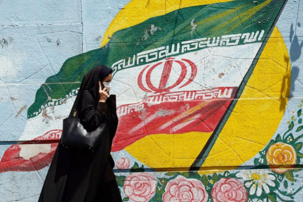 ABD02. Tehran (Iran (islamic Republic Of)).- An Iranian woman walks next to a wall painting in a street of Tehran, Iran, 22 June 2019. According to media reports, Iran claims it has refrained from shooting down a US Navy Boeing P-8 Poseidon which was allegedly accompanying a US surveillance drone. The RQ-4A unmanned aircraft was shot down by an Iranian surface-to-air missile system on 20 June 2019, with Tehran claiming that the drone was in Iranian airspace, while the US insist the drone was flying over international waters. (Estados Unidos, <HIT>Teherán</HIT>) EPA/