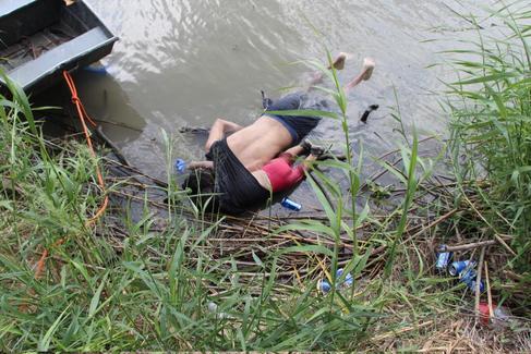Los cadáveres de un presunto migrante y su bebé a una orilla de Río Bravo.