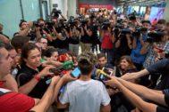 Amanda Sampedro, atendiendo a los medios en Barajas.