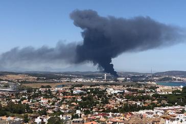 Columna de humo negro del incendio vista desde Algeciras
