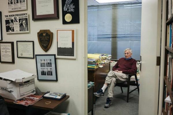 El periodista Seymour Hersh, en su despacho de Washington, en una...