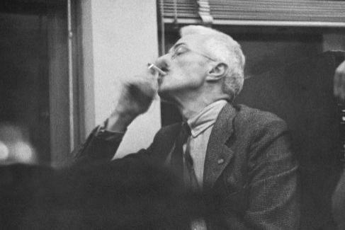 El escritor Dashiell Hammett fumándose un pitillo.