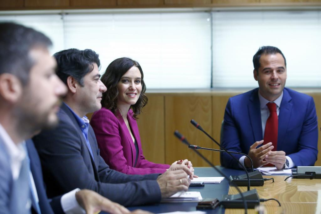 Isabel Díaz Ayuso e Ignacio Aguado, en las negociaciones en la Asamblea.