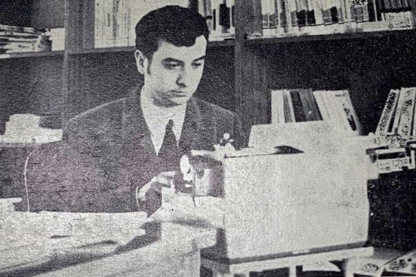 Un joven José Luis Garci, escribiendo sus primero relatos en c. 1969.