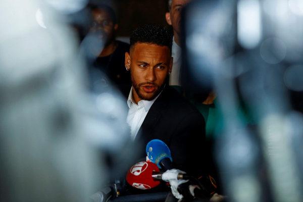 Neymar, ante la Comisaría de Defensa de la Mujer de São Paulo.