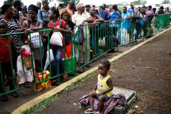 Una niña espera a entrar en el centro para inmigrantes Siglo XXI en Tapachula (México).