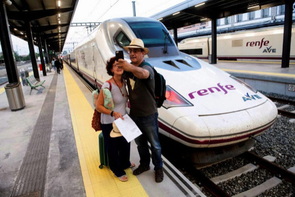 Primeros pasajeros del AVE entre Granada y Madrid