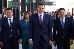El alcalde de Granada, Susana Díaz, Pedro Sánchez y Juanma Moreno.
