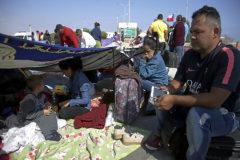 Migrantes huidos de Venezuela esperan para seguir el viaje en el paso fronterizo de Chacalluta, entre Chile y Perú.