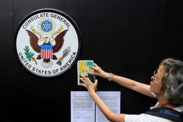 Cientos de manifestantes anti-extradición participan durante una protesta  frente al consulado de EEUU en Hong Kong.